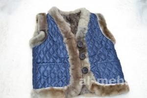 Жилет утепленный детский Жилет утепленный детский из лоскута натуральной овчины, крытый тканью синего цвета