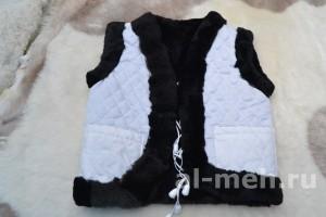 Жилет утепленный детский из лоскута натуральной овчины, крытый тканью белого цвета