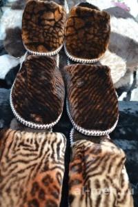Теплые домашние тапочки из овчины мужские, цвет тигровый