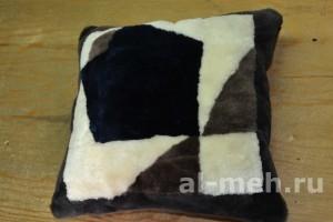 Меховая подушка из натуральной овчины, квадрат, цена 600р.
