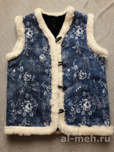 Жилет утепленный женский из натурального меха, крытый тканью Гобелен - Гжель джинса с цветами
