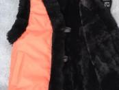 Жилет утепленный детский из лоскута натуральной овчины, крытый курточной тканью цвета корал