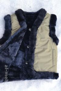 Жилет утепленный детский из лоскута натуральной овчины, крытый курточной тканью цвета хаки