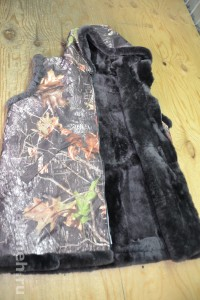 Жилет на молнии с капюшоном из натуральной овчины (лоскут), крытый тканью